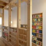 竣工写真_階段回り書棚:埼玉県坂戸市の建築写真