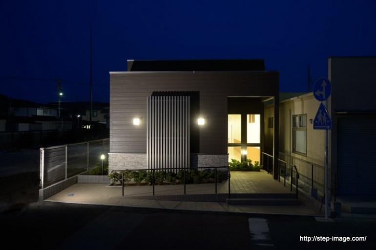 診療施設の竣工写真_外観正面_夜景:神奈川県平塚市の建築写真