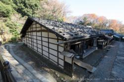石置きの板葺き屋根