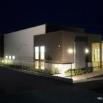 診療施設の竣工写真_外観南西面_夜景:神奈川県平塚市の建築写真